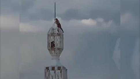 Männer klettern ungesichert auf 112-Meter-Turm