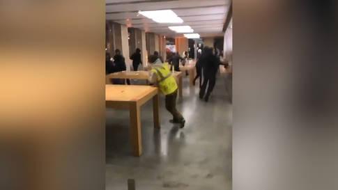 """Hier plündern """"Gelbwesten"""" einen Apple Store"""
