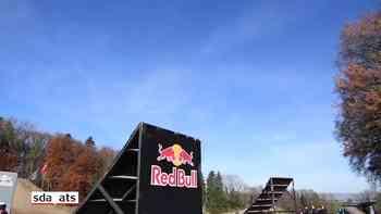 Fliegende Motorräder im Training für Monster Energy Supercross