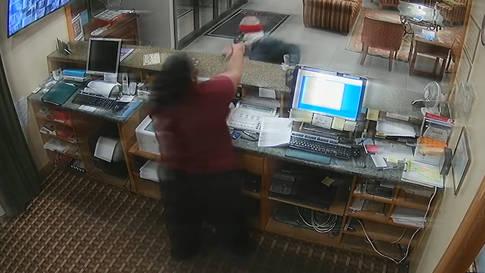 Rezeptionistin schlägt Räuber mit seiner Waffe in die Flucht