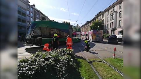 Basel: Tram stösst mit Bus zusammen - 17 Verletzte