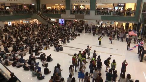 Hongkong: Demonstranten singen US-Hymne