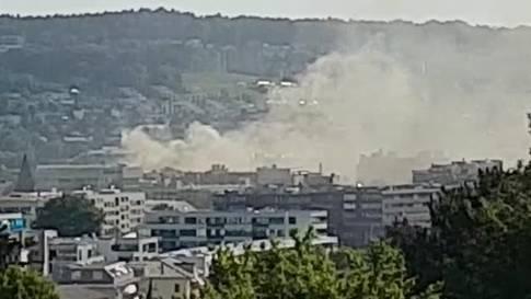 Über Schlieren steigen dicke Rauchwolken empor