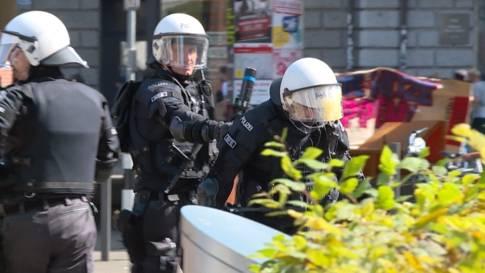 """Scharmützel wegen """"Marsch fürs Läbe"""": Eierschlacht, Gummischrot und ein nackter Hintern"""