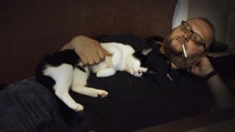 Mann liebt Hund