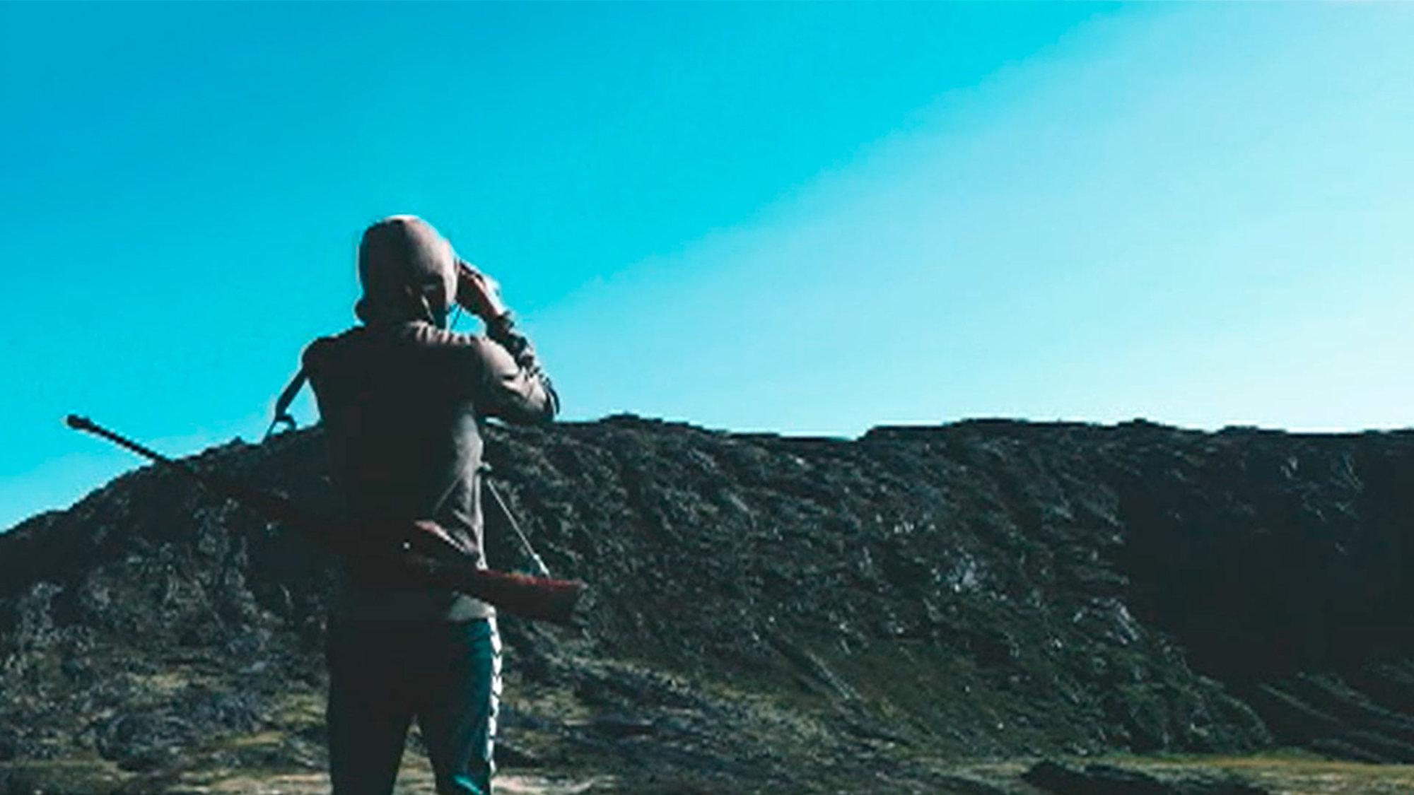 Groenlandia es una inmensa isla cuyo centro está ocupado por un inmenso bloque de hielo. Un infierno blanco en el que nadie habita. Solo en la costa, aunque con serias dificultades y restricciones, resulta posible la vida. Allí, en sus laberínticos fiordos, se concentra la fauna y la flora, y también es dónde se asienta, desde hace miles de años, el ser humano: los Inuit y sus antepasados. Un documental dirigido por Santiago Domínguez.