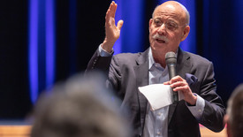 Thumbnail for entry Economic and social theorist Jeremy Rifkin speaks to crowd at Moss Arts Center