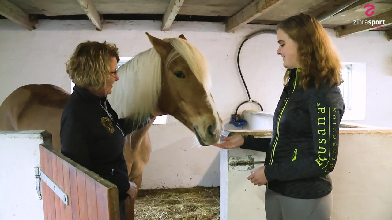 Mor og datter deler hest