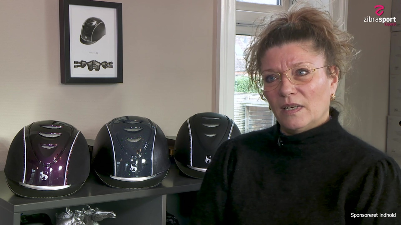 Christina Scharf står bag Scharf-ridehjelme